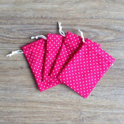Leuke roze uitdeel zakjes van stof.
