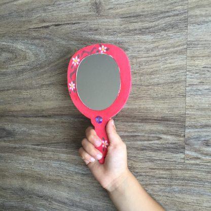 Idee voor kinderfeestje met meisjes, deze mooi spiegel is superleuk om te knutselen.